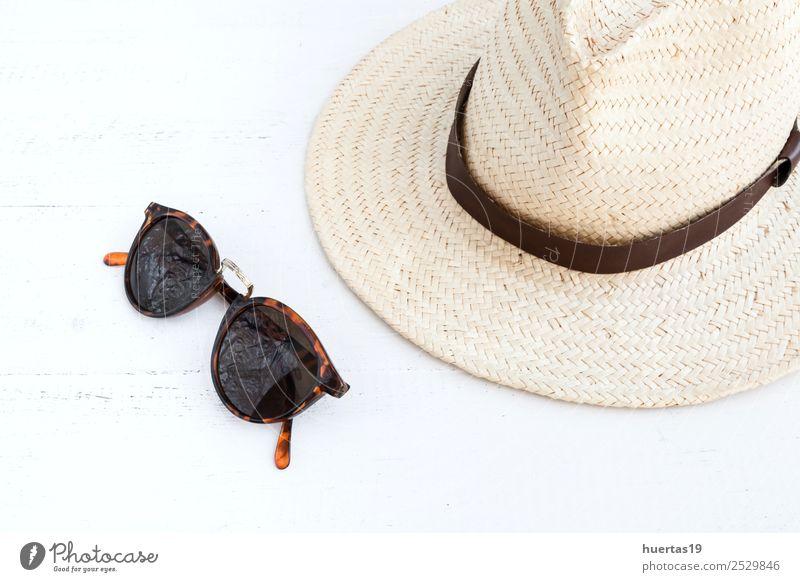 Sonnenbrille und Hut Lifestyle kaufen elegant Stil Design Erholung Ferien & Urlaub & Reisen Tourismus Abenteuer Feiertage Reisepass Dokumente Dinge Strohhut