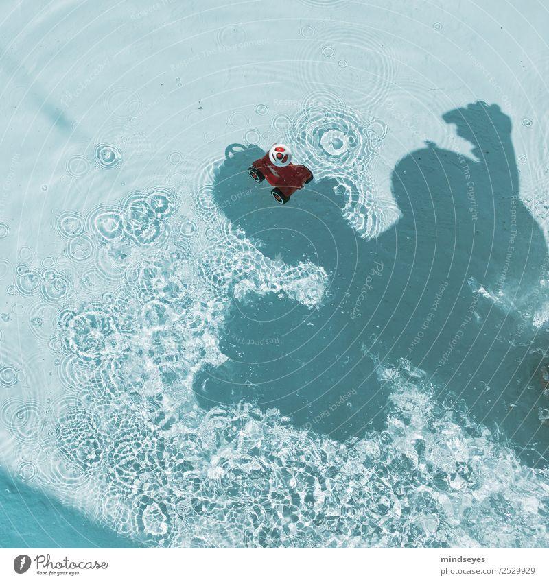Baby als Schattenmonster und ein Spielzeugauto Kind Mensch Sommer Wasser Sonne Freude lustig Spielen Schwimmen & Baden Kindheit niedlich Neugier entdecken