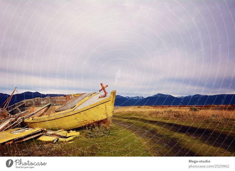Altes Holzboot an Land verlassen. Ferien & Urlaub & Reisen Meer Insel Natur Landschaft Sand Himmel Wolken Küste Verkehr Wasserfahrzeug Rost alt retro Einsamkeit