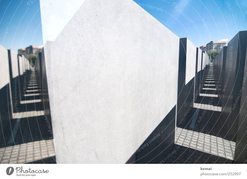 Gänge blau Wand Berlin grau Mauer Freizeit & Hobby Beton Bauwerk Denkmal Schönes Wetter Säule Hauptstadt Sehenswürdigkeit Gang Fluchtpunkt Holocaustgedenkstätte