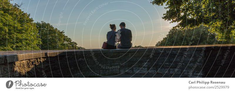 Auf der Mauer, auf der Lauer II Städtereise Sommer Sommerurlaub Mensch Junge Frau Jugendliche Junger Mann Paar Partner 2 18-30 Jahre Erwachsene Sonnenlicht Baum