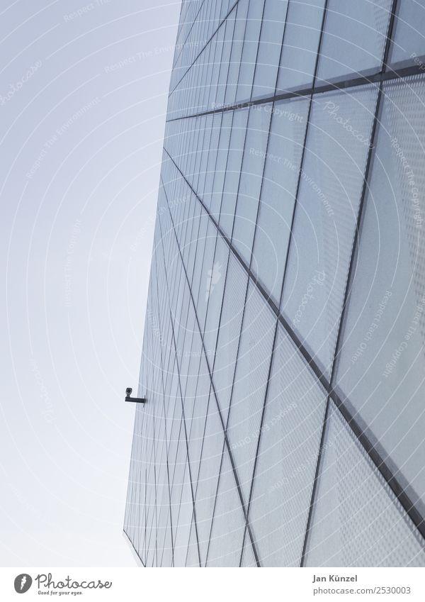 Ich sehe dich Himmel blau Stadt Haus Fenster Architektur Gebäude Fassade Glas ästhetisch Perspektive beobachten Sicherheit Bauwerk Wolkenloser Himmel