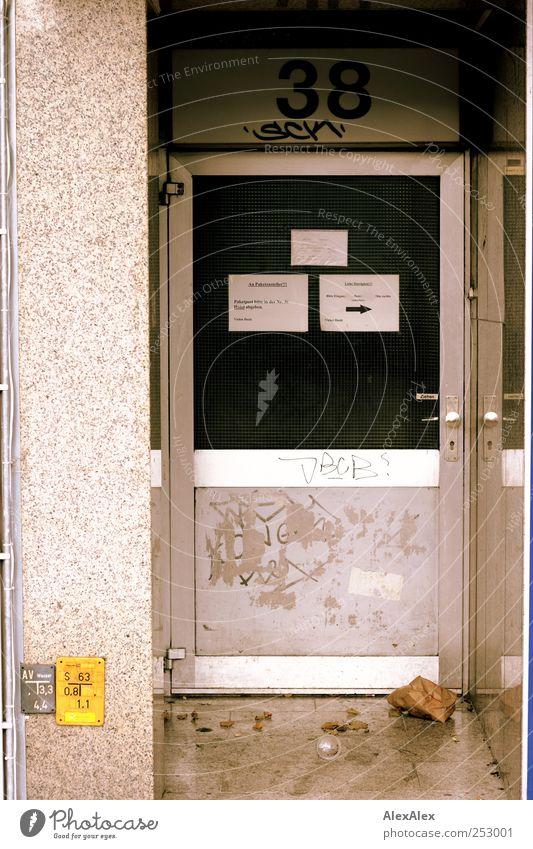 Nummer 38 Haus Graffiti grau Stein Metall braun Tür dreckig Schilder & Markierungen Beton Papier Häusliches Leben Hinweisschild Verfall Eingang Scheibe