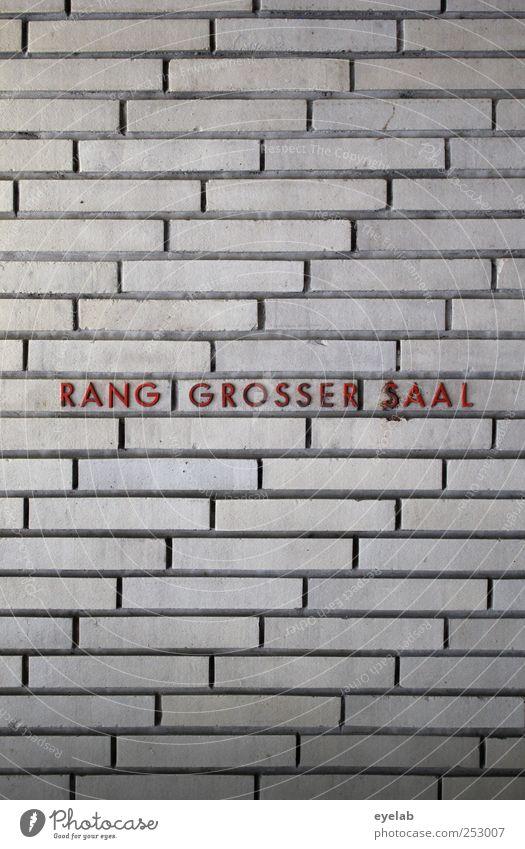 RANG GROSSER SAAL Bühne Kultur Stadtzentrum Haus Bauwerk Gebäude Architektur Mauer Wand Fassade Zeichen Schriftzeichen Hinweisschild Warnschild alt eckig kalt