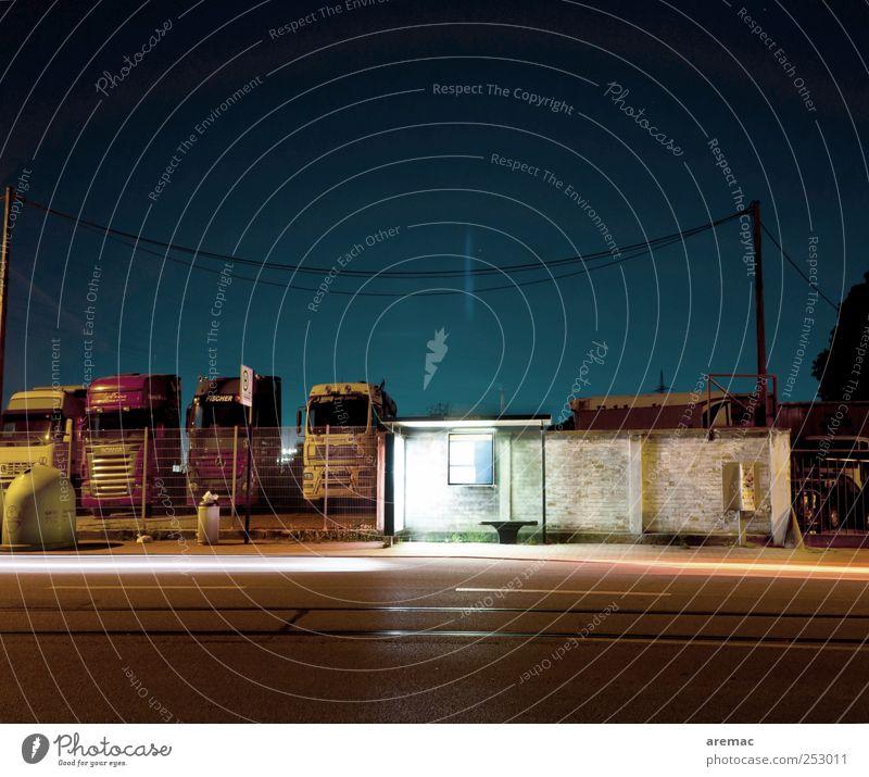 Nachtbuslinie Stadt Stadtrand Menschenleer Bauwerk Verkehr Verkehrsmittel Verkehrswege Personenverkehr Öffentlicher Personennahverkehr Busfahren Straße