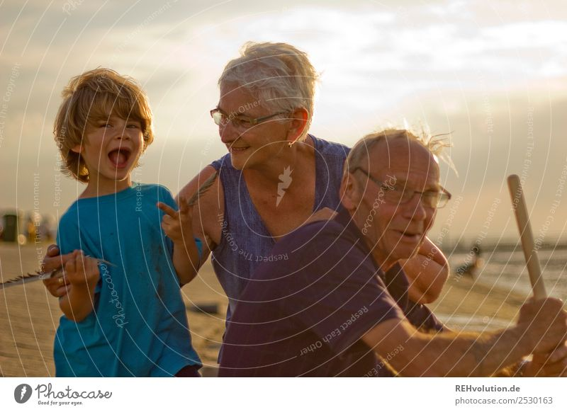 Oma und Opa mit Enkel am Meer Frau Kind Mensch Ferien & Urlaub & Reisen Mann Sonne Freude Strand Liebe Senior lustig natürlich lachen Familie & Verwandtschaft