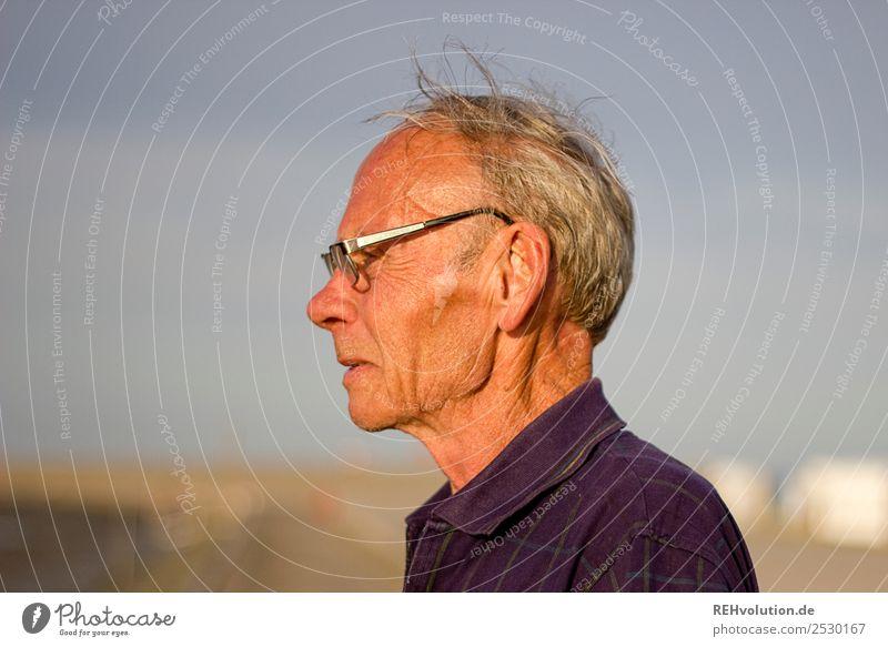 Alter Mann mit Weitblick im Sommer Ferien & Urlaub & Reisen Sommerurlaub Strand Meer Mensch maskulin Männlicher Senior Großvater Leben Kopf 1 60 und älter