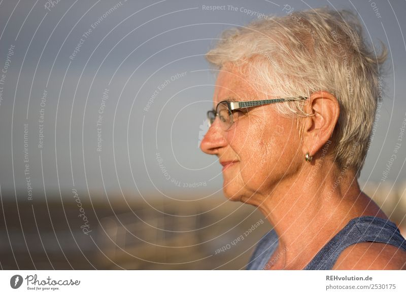 Alte Frau sieht in die Ferne Mensch feminin Erwachsene Weiblicher Senior Großmutter Leben Kopf Gesicht 1 60 und älter Umwelt Natur Landschaft Himmel Strand