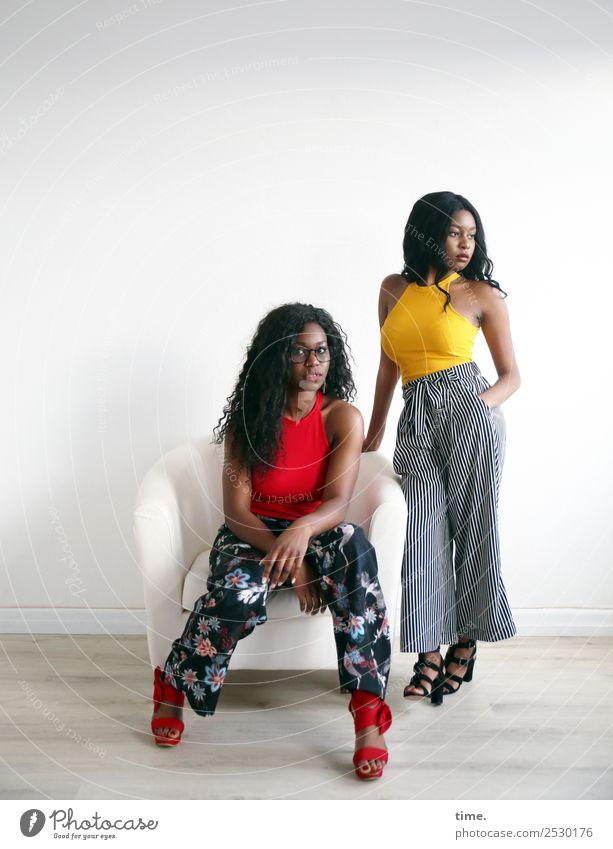 Apolline und Arabella Frau Mensch schön Lifestyle Erwachsene feminin Stil Haare & Frisuren Zusammensein Freundschaft Kommunizieren sitzen ästhetisch warten