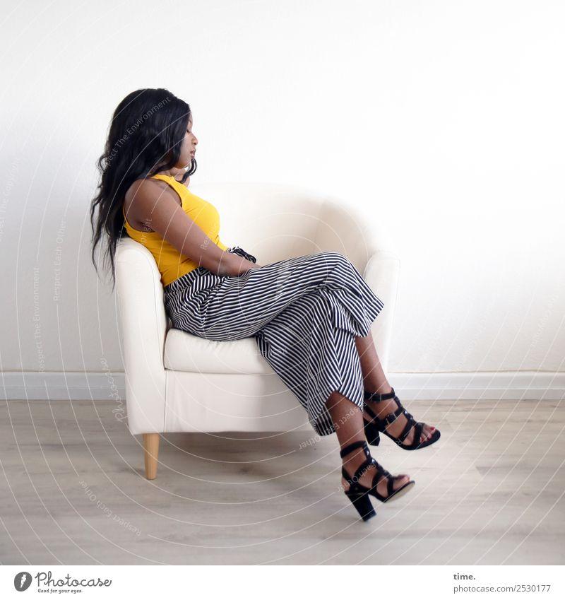 Arabella Sessel Raum feminin Frau Erwachsene 1 Mensch T-Shirt Hose Damenschuhe schwarzhaarig langhaarig Erholung schlafen sitzen träumen schön Gelassenheit