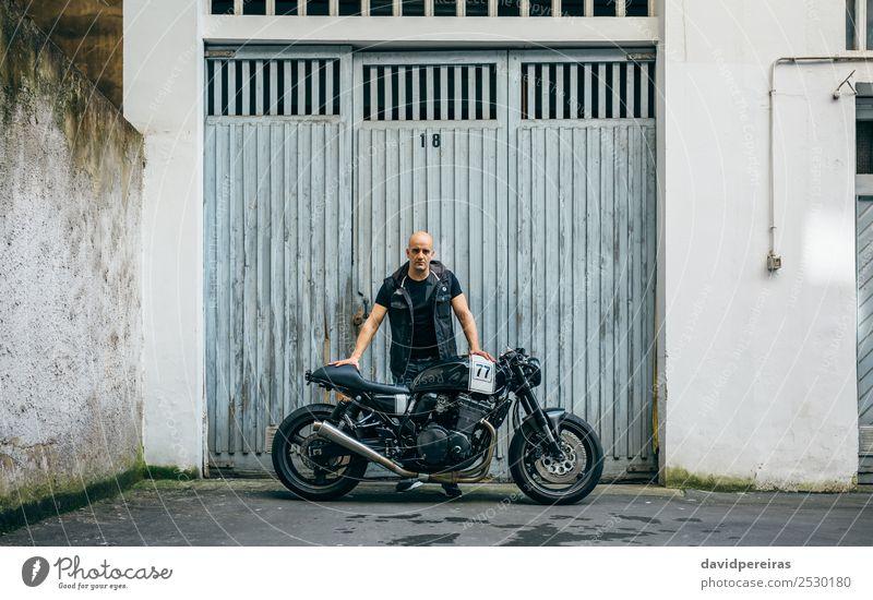 Bauherr posiert mit einem Motorrad Lifestyle Stil Ausflug Mensch Mann Erwachsene Straße Fahrzeug Glatze stehen authentisch retro schwarz Stolz Körperhaltung