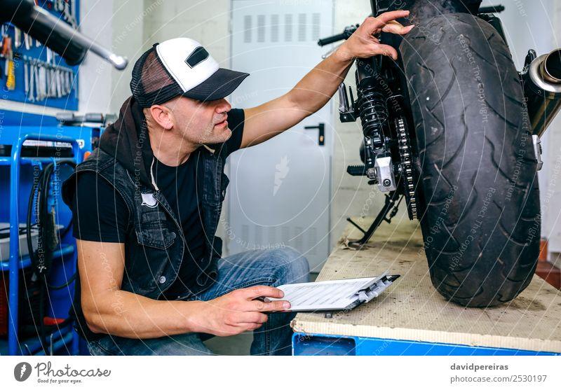 Mensch Mann Lifestyle Erwachsene Stil Arbeit & Erwerbstätigkeit retro authentisch Jeanshose Fahrzeug Motorrad Turnschuh horizontal Typ klassisch Reparatur