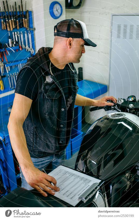 Mechanische Überprüfung des Motorrads Lifestyle Stil Arbeit & Erwerbstätigkeit Mensch Mann Erwachsene Fahrzeug authentisch retro Mechaniker benutzerdefiniert