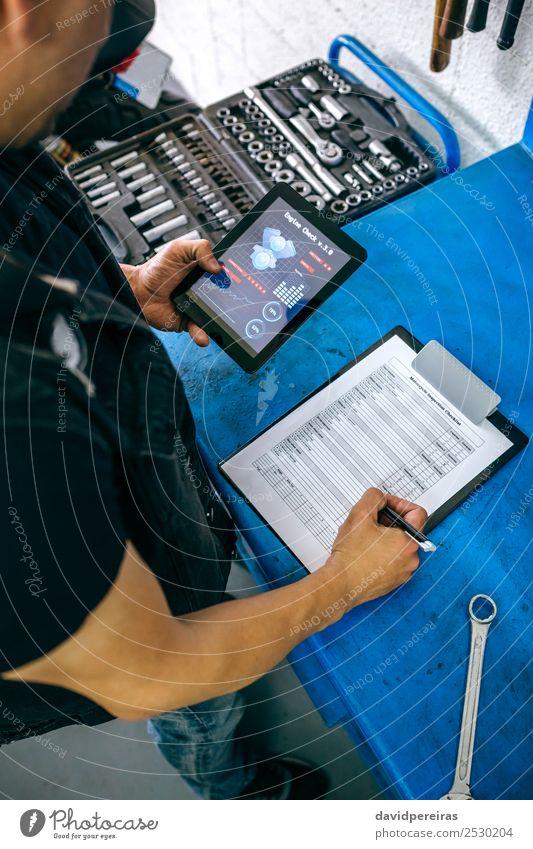 Mensch Mann Erwachsene Arbeit & Erwerbstätigkeit Dekoration & Verzierung kariert Motorrad vertikal Typ Tablet Computer Reparatur überblicken Garage Anleitung