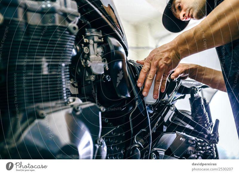 Mechanische Reparatur von kundenspezifischen Motorrädern Lifestyle Stil Arbeit & Erwerbstätigkeit Mensch Mann Erwachsene Paar Hand Fahrzeug Motorrad authentisch