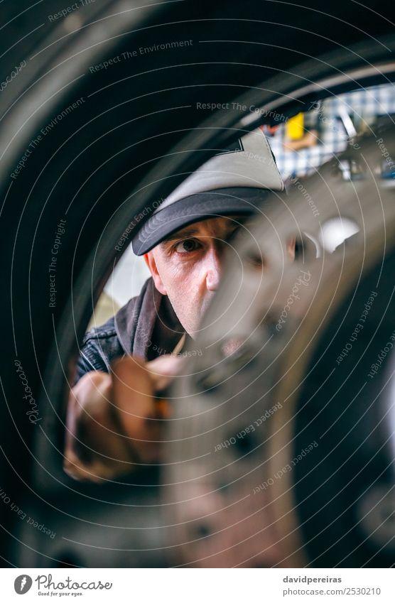 Mechanische Befestigung kundenspezifisches Motorradrad Lifestyle Stil Arbeit & Erwerbstätigkeit Mensch Mann Erwachsene Hand Fahrzeug authentisch retro