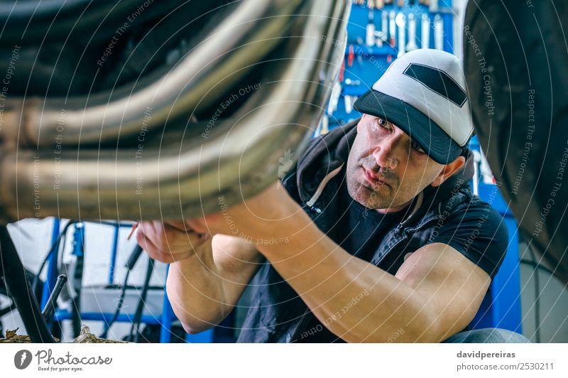 Mechanische Reparatur von kundenspezifischen Motorrädern Lifestyle Stil Arbeit & Erwerbstätigkeit Mensch Mann Erwachsene Fahrzeug Motorrad authentisch retro