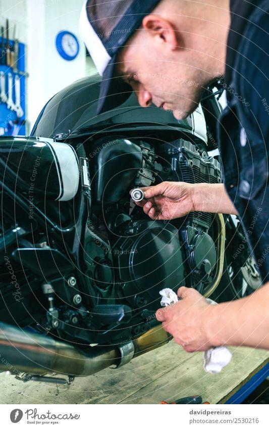 Mechanische Reparatur von kundenspezifischen Motorrädern Lifestyle Stil Arbeit & Erwerbstätigkeit Mensch Mann Erwachsene Fahrzeug Motorrad Jeanshose Stoff