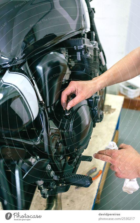 Mensch Mann Hand schwarz Lifestyle Erwachsene Arbeit & Erwerbstätigkeit retro dreckig authentisch Stoff Fahrzeug kariert Motorrad vertikal klassisch