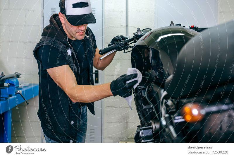 Mechanische Reinigung eines Motorrads Lifestyle Stil Arbeit & Erwerbstätigkeit Mensch Mann Erwachsene Fahrzeug Stoff authentisch hell retro schwarz altehrwürdig