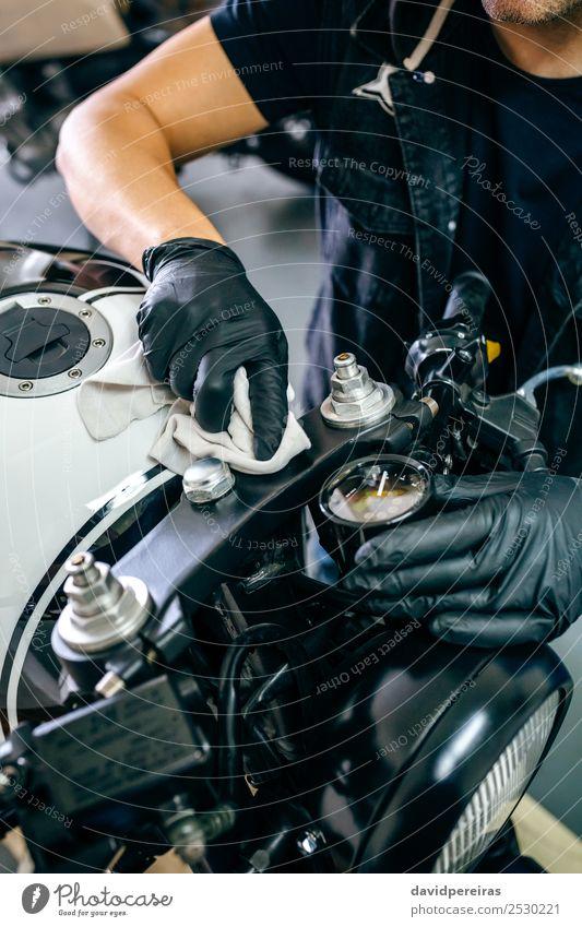 Mechanische Reinigung eines Motorrads Lifestyle Stil Arbeit & Erwerbstätigkeit Mensch Mann Erwachsene Hand Fahrzeug Stoff authentisch retro schwarz unkenntlich