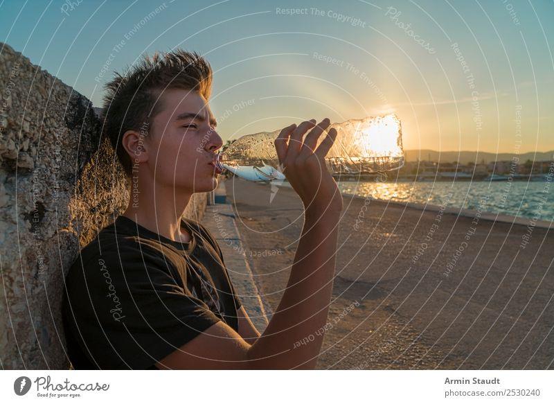 Sonne trinken Mensch Ferien & Urlaub & Reisen Jugendliche Mann schön Wasser Junger Mann Hand Meer Erholung ruhig Freude Straße Lifestyle Erwachsene Leben