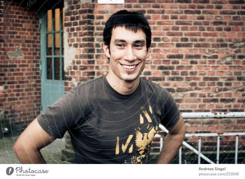 Nicolas Mensch Mann Jugendliche Freude Erwachsene Leben Wand lachen Mauer Stil Tür Zufriedenheit Fassade maskulin Fröhlichkeit authentisch