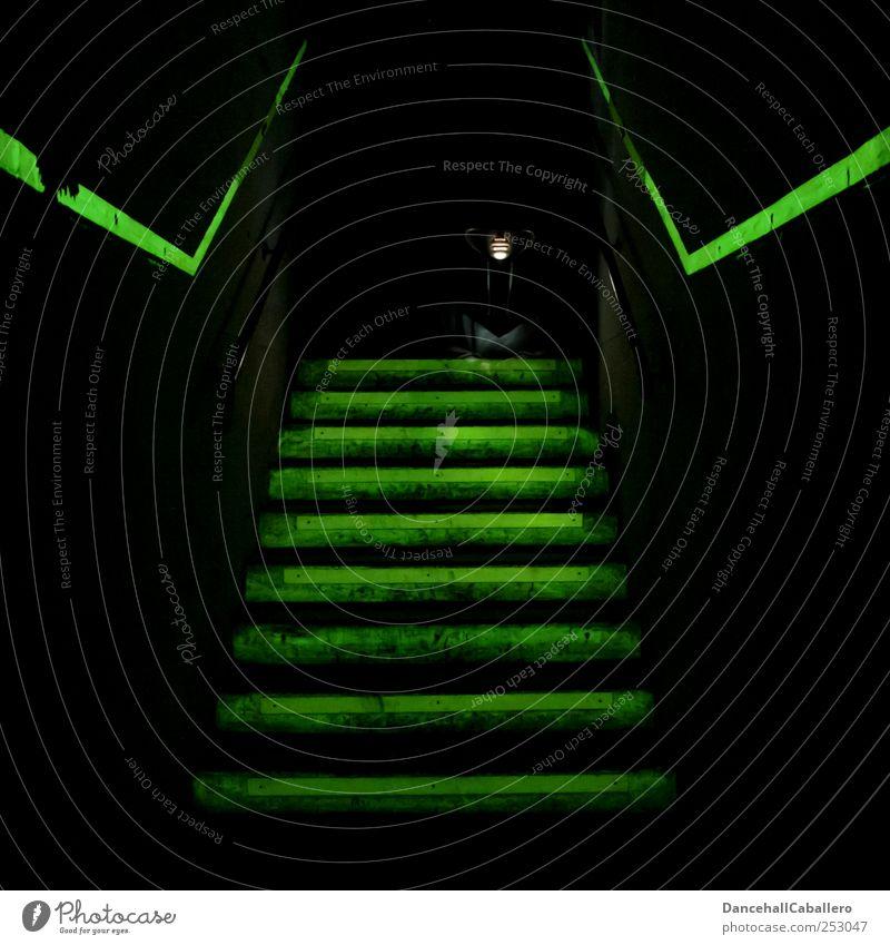 Du brauchst keine Angst haben!!! Mann Tod Leben warten Treppe gefährlich bedrohlich Schutz Todesangst Mut Krieg Geister u. Gespenster Flucht Phantasie