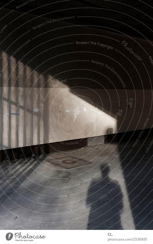 schatten von person in einfahrt Mensch Erwachsene 1 Mauer Wand Tor Einfahrt Zaun Gitter dunkel gruselig grau Identität Wege & Pfade anonym Schattenspiel