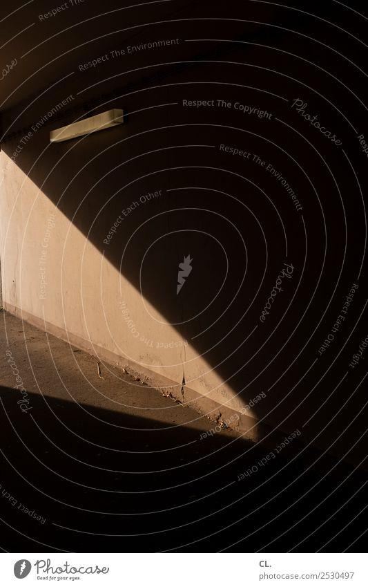 licht Mauer Wand Verkehrswege Wege & Pfade ästhetisch dunkel gruselig braun schwarz Hoffnung Glaube geheimnisvoll Religion & Glaube Vergänglichkeit Licht