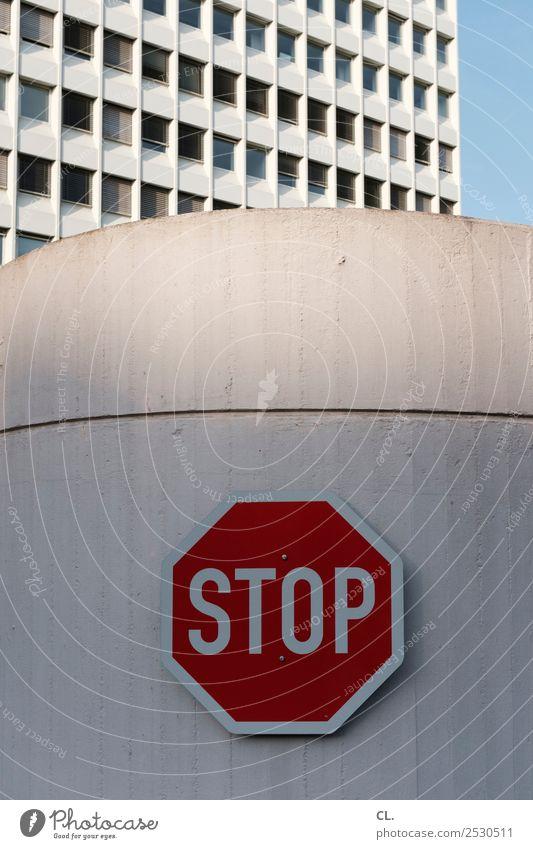 stop Wolkenloser Himmel Stadt Stadtzentrum Menschenleer Hochhaus Bauwerk Gebäude Architektur Mauer Wand Fassade Verkehr Verkehrswege Straßenverkehr