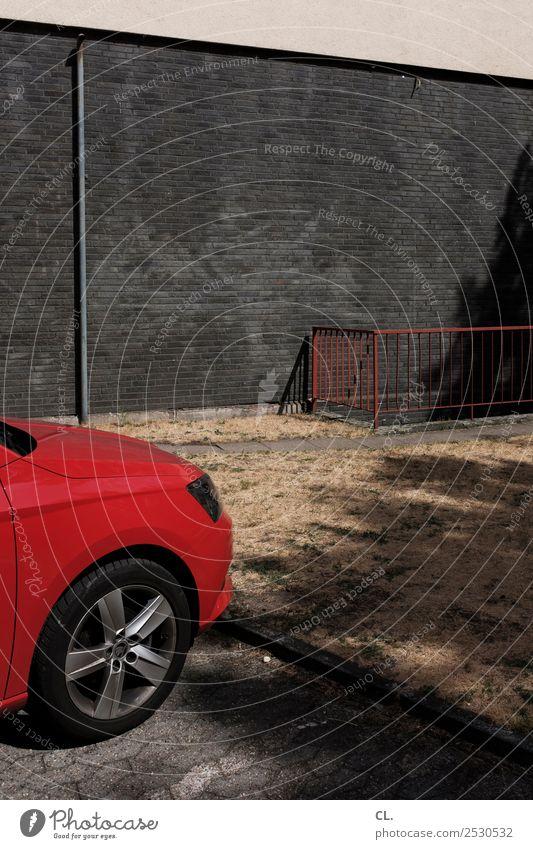 rotes auto Sommer Schönes Wetter Wärme Wiese Menschenleer Haus Gebäude Mauer Wand Geländer Fallrohr Verkehr Verkehrsmittel Verkehrswege Straßenverkehr