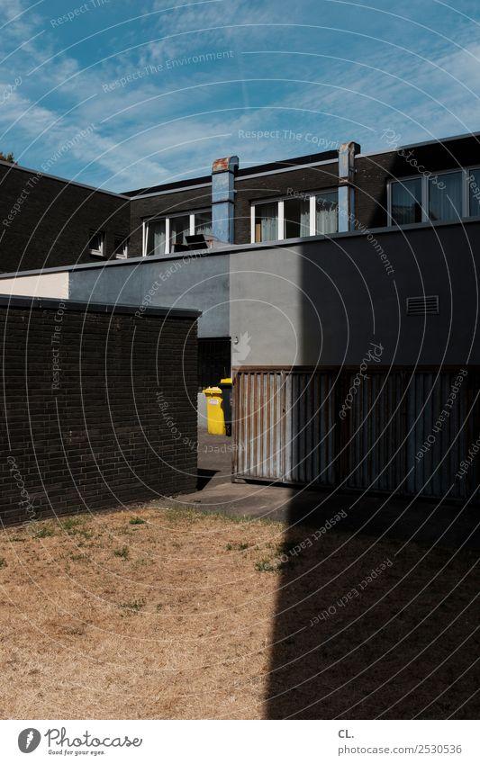 gelbe tonne Himmel Sommer Schönes Wetter Wärme Dürre Stadt Menschenleer Haus Platz Gebäude Architektur Garage Mauer Wand Fassade Fenster Müllbehälter