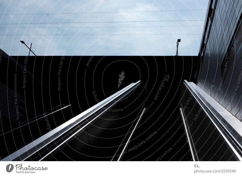 rolltreppe Himmel Schönes Wetter Stadt Stadtzentrum Menschenleer Gebäude Architektur Mauer Wand Treppe Rolltreppe dunkel blau schwarz Bewegung Perspektive