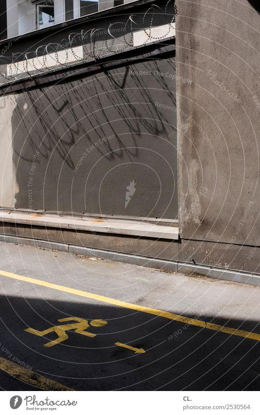 krimi | fluchtweg Menschenleer Mauer Wand Verkehrswege Straße Wege & Pfade Stacheldraht Zeichen Schilder & Markierungen Verkehrszeichen Linie Pfeil trist Angst