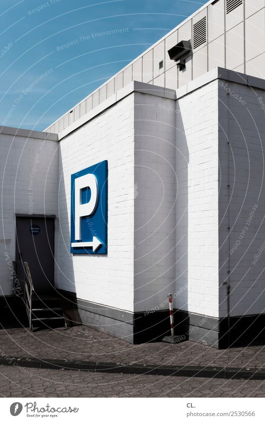 richtung parkplatz Architektur Wand Wege & Pfade Gebäude Mauer Treppe Verkehr Schriftzeichen Tür Schilder & Markierungen Platz Hinweisschild Zeichen Ziel