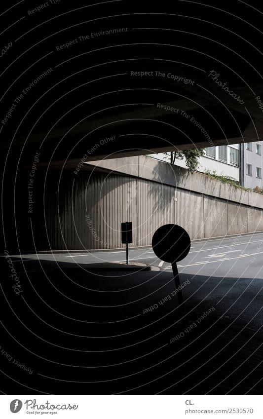 zeichen Stadt Stadtzentrum Menschenleer Haus Brücke Bauwerk Gebäude Architektur Mauer Wand Verkehr Verkehrswege Straßenverkehr Wege & Pfade Hochstraße