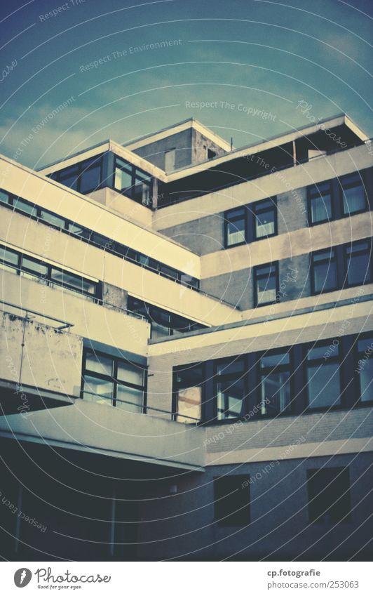 Altenheim Haus Fenster Gebäude trist Bauwerk Leerstand Kleinstadt