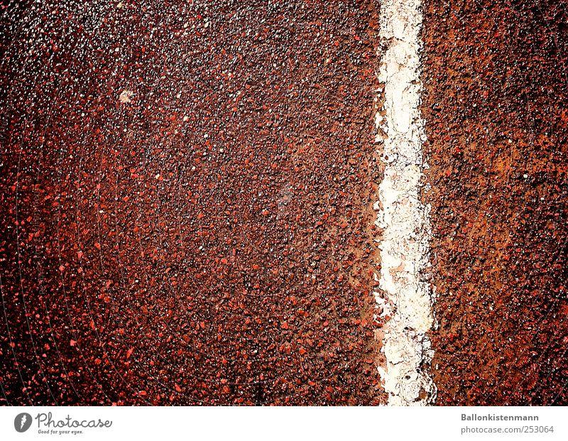 Straßenstrich weiß rot schwarz Straße dunkel Wege & Pfade Linie Schilder & Markierungen Streifen Zeichen Verkehrswege Sportveranstaltung Rennbahn Verbote Aggression Stadion