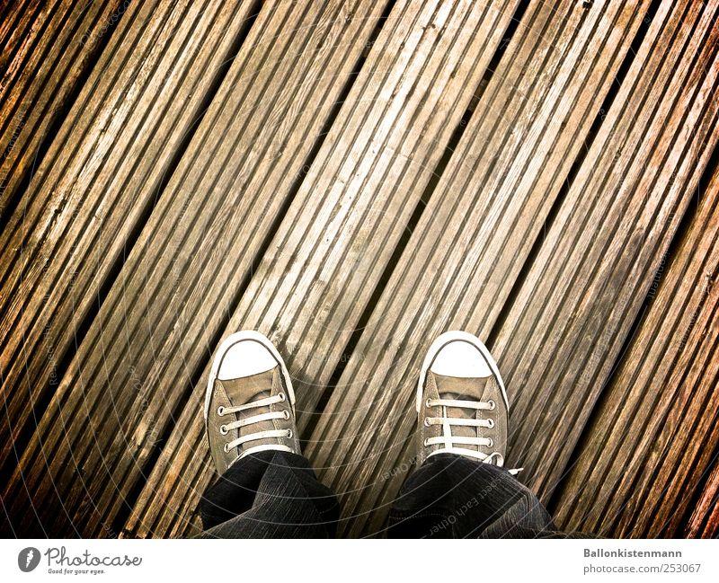 Chuck Norris auf dem Holzweg Mensch Herbst grau Stil Wege & Pfade Fuß braun Schuhe gehen warten Mode Beginn Lifestyle authentisch Coolness