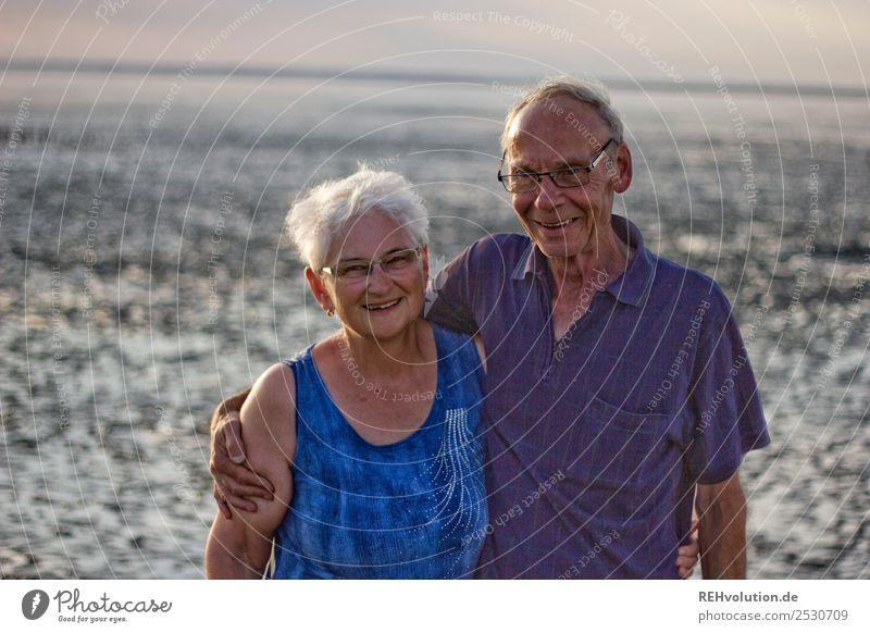 Seniorenpaar lacht im Watt Ferien & Urlaub & Reisen Sommer Sommerurlaub Strand Meer Mensch maskulin feminin Frau Erwachsene Mann Weiblicher Senior