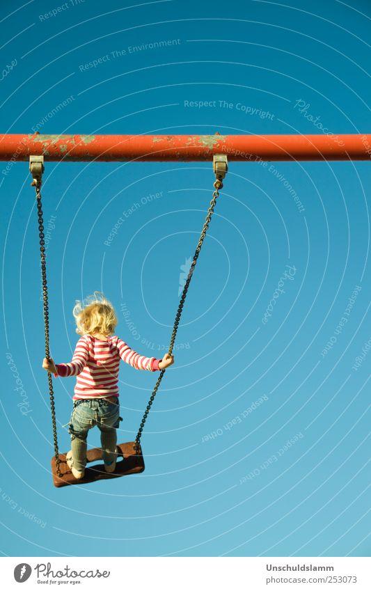 ...ins Blaue Freizeit & Hobby Spielen Kinderspiel Mensch Mädchen 1 3-8 Jahre Kindheit Wolkenloser Himmel Bewegung Erholung schaukeln hoch blau rot Freude Glück