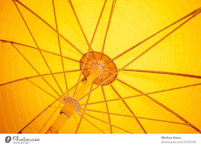 Sonnenschirm gelb von unten Design Ferien & Urlaub & Reisen Sommer Strand Natur Wärme gold orange Mechanik Innenaufnahme Verstrebung Strebe Mitte sonnengelb