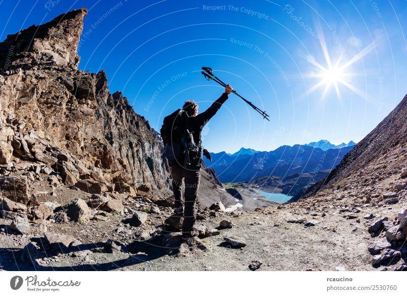 Wanderer erreicht einen hohen Bergpass Ferien & Urlaub & Reisen Abenteuer Expedition Sommer Sonne Berge u. Gebirge wandern Sport Erfolg Mann Erwachsene Natur