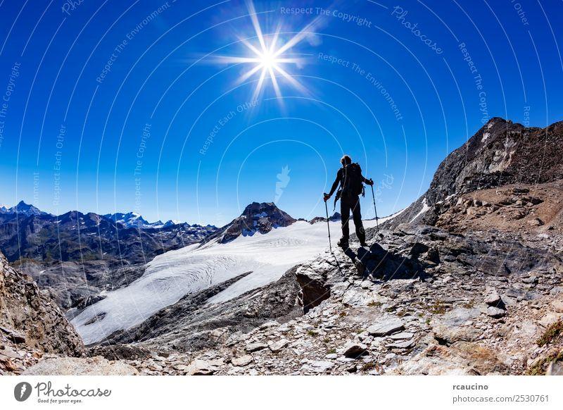 Wanderer erreicht einen hohen Bergpass, italienische Alpen Ferien & Urlaub & Reisen Abenteuer Expedition Sommer Sonne Berge u. Gebirge wandern Sport Erfolg Mann