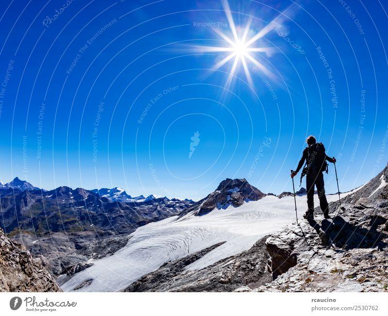 Wanderer erreicht einen hohen Bergpass, Italienische Alpen, Aostatal Ferien & Urlaub & Reisen Abenteuer Expedition Sommer Sonne Berge u. Gebirge wandern Sport