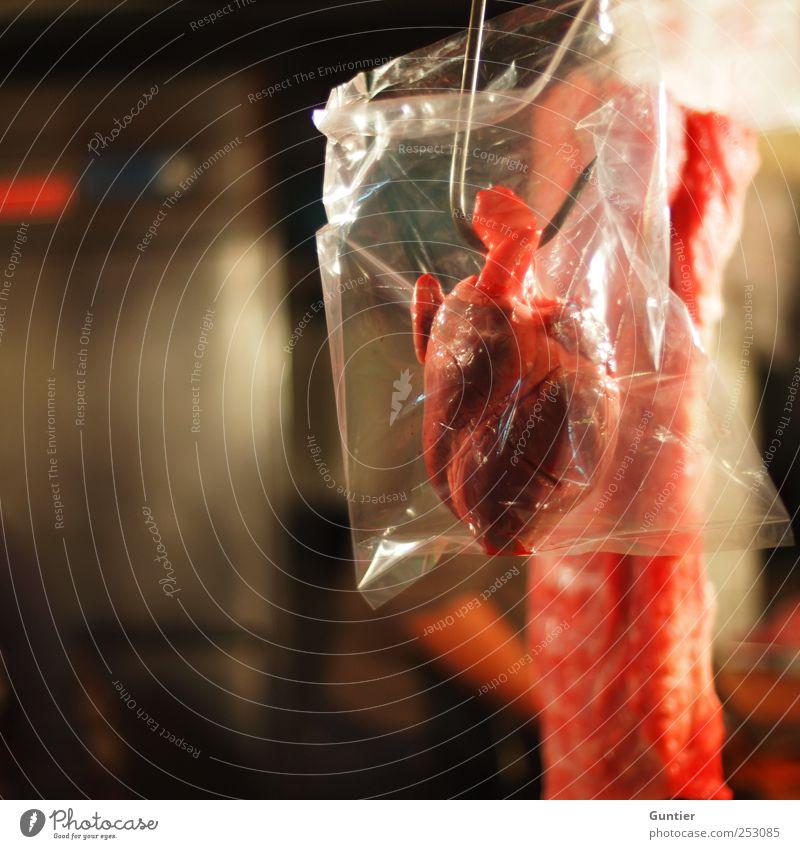The crux of love Lebensmittel Fleisch rot Schlachtung Herz Metzgerei Ende Tod Farbfoto mehrfarbig Innenaufnahme Menschenleer Textfreiraum links Kunstlicht Licht