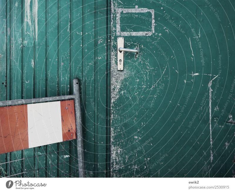 Bauhaus Tür Container Bauhütte Griff Bauzaun Wellblechhütte Metall alt rot türkis weiß Warnung Sicherheit Kratzer Spuren Zahn der Zeit Farbfoto Gedeckte Farben