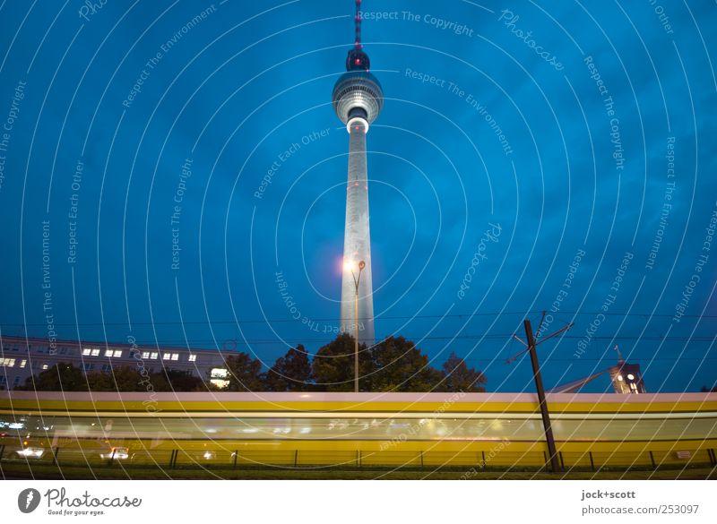 Weg zum Ziel (blaue Stunde) Stadt Bewegung Wege & Pfade Zeit modern Verkehr Perspektive groß Geschwindigkeit Postkarte fahren Hauptstadt Verkehrswege