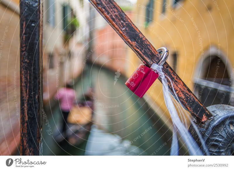 Liebesschloss an einer Brücke in Venedig, Italien 1 Mensch Europa Hafenstadt Schloss Kitsch gelb rot Gefühle Glück Lebensfreude Frühlingsgefühle Sympathie
